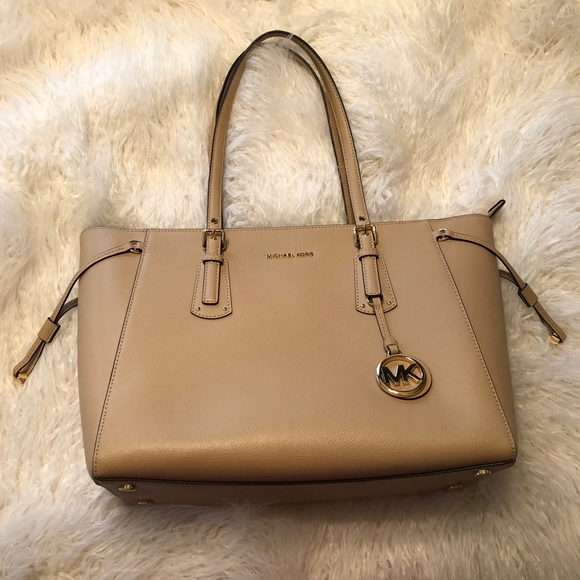 Michael Kors Voyager Medium Leather Tote. M 5abced163afbbde8a0bc8a18 e3a770963e701